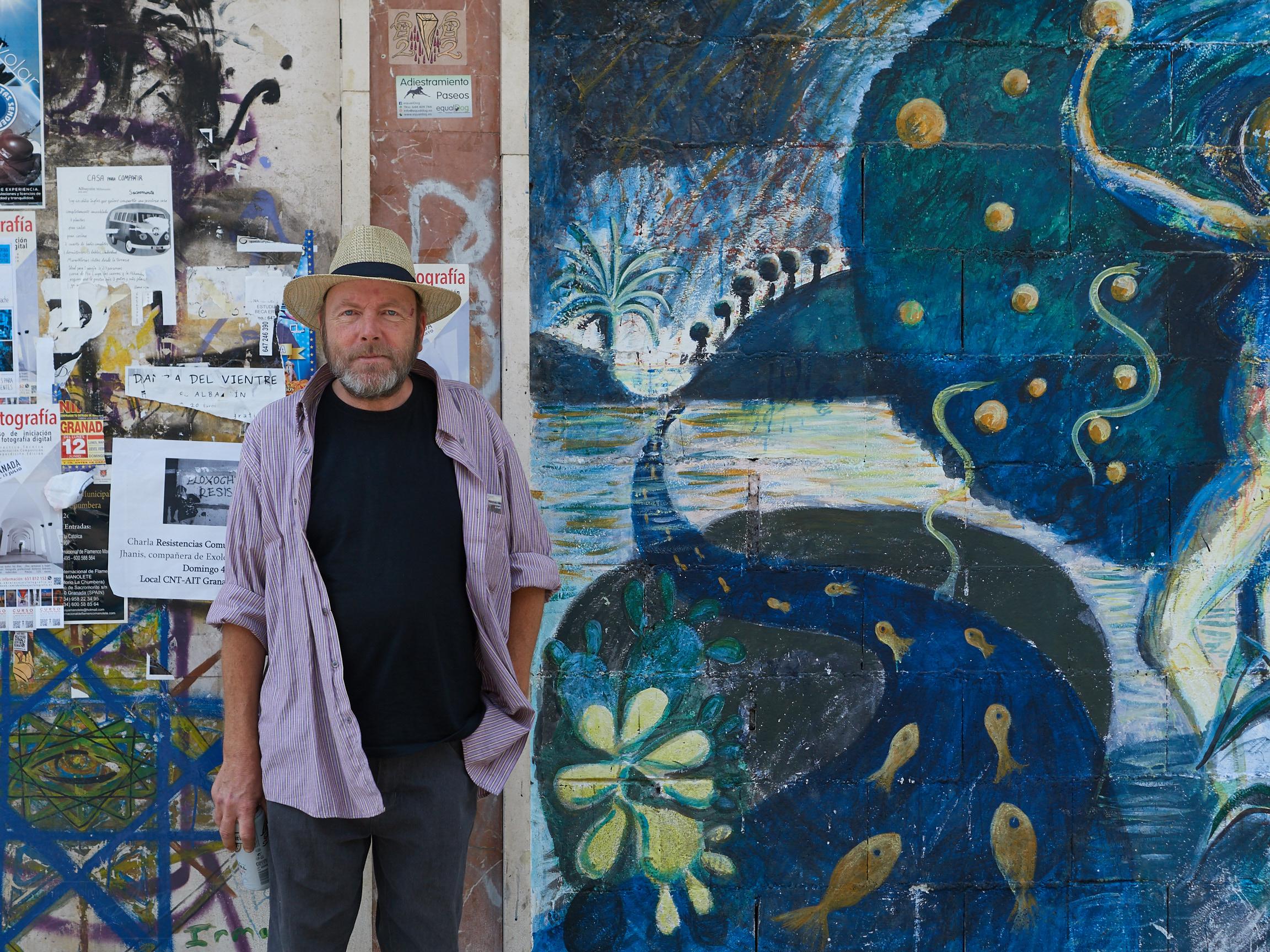 John vor seinem Wandbild am Plaza Nueva (2017)