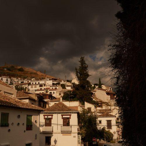Blick auf Sacromonte in dramatischem Licht